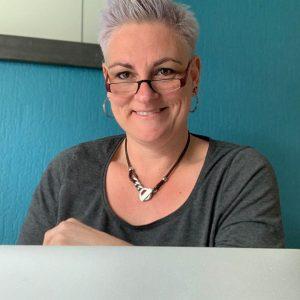 Helen van Rijn achter Macbook - In twee dagen een professionele website zelf bouwen