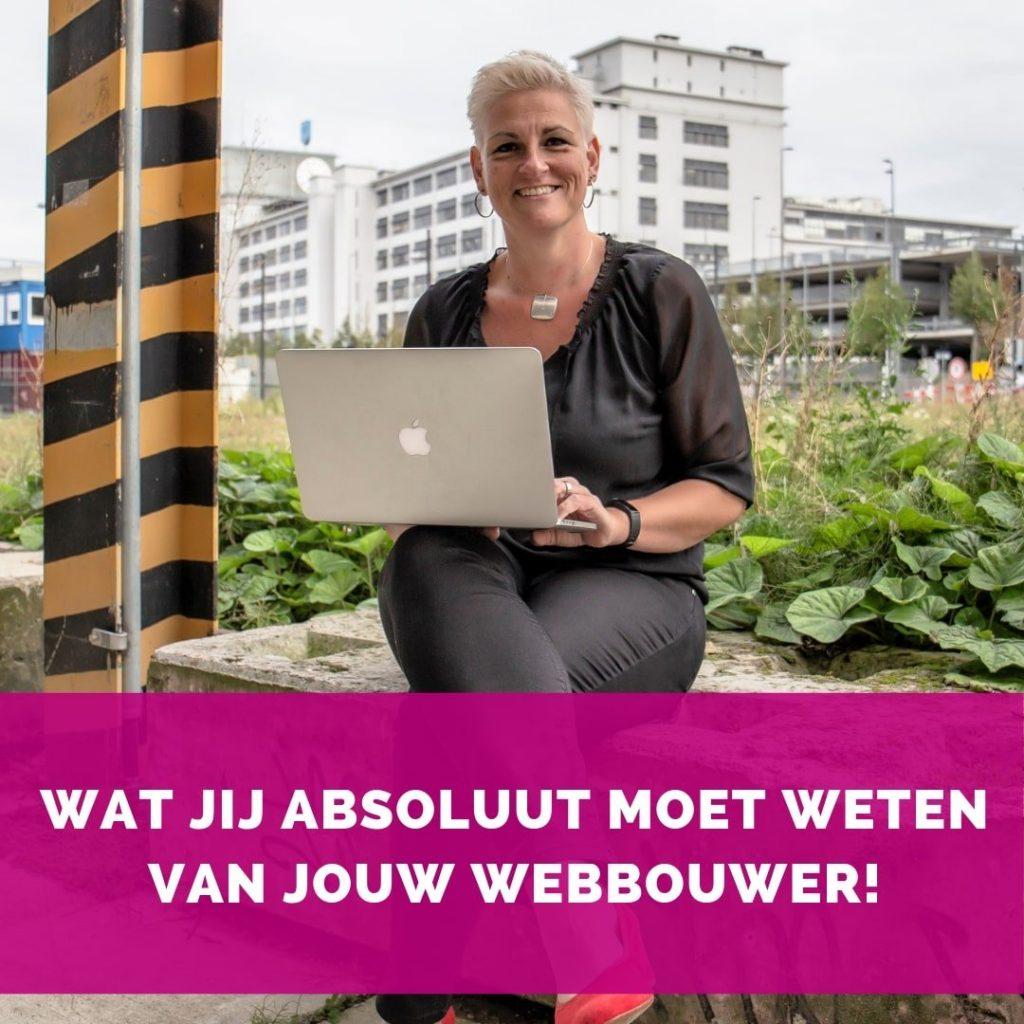 Helen van Rijn werkend op Macbook op Strijp-S - Blog HelenHelpt