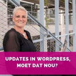 Helen van Rijn met macbook op trap op Strijp-S - Updates in WordPress moet dan nou - Blog HelenHelpt