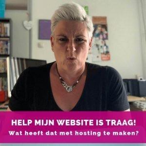 Helen van Rijn achter computer - Help mijn website is traag - Blog HelenHelpt